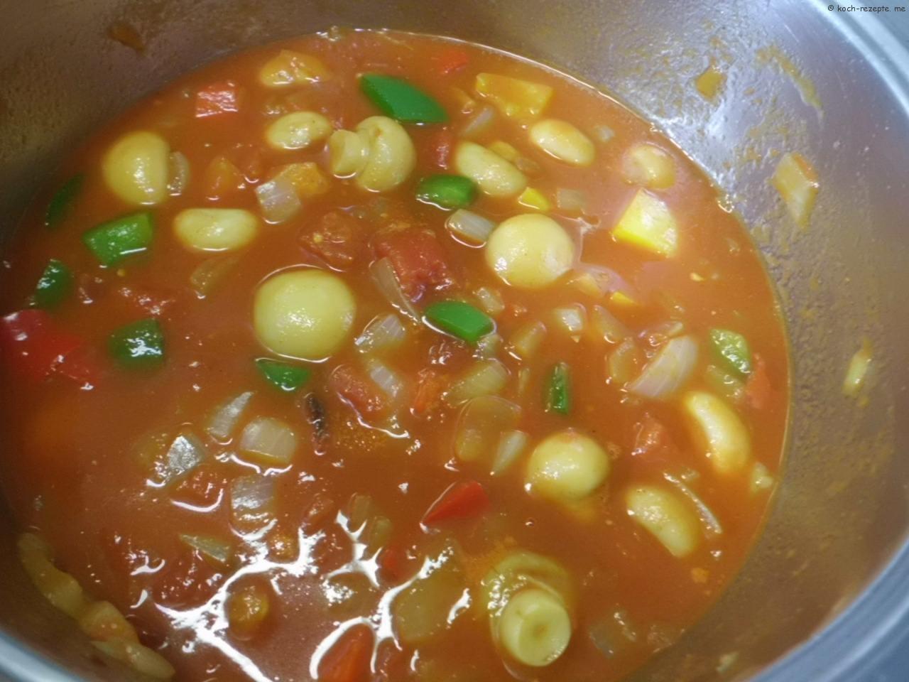 mit Tomatenstücke und Sauce aufgießen