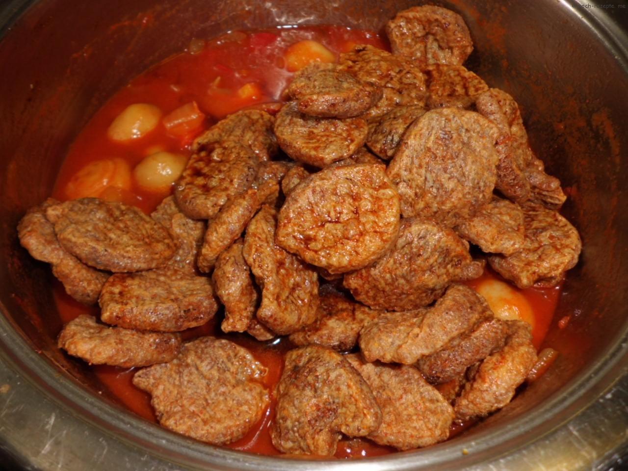 für das Gulasch vegetarisch die marinierten Soja-Brocken
