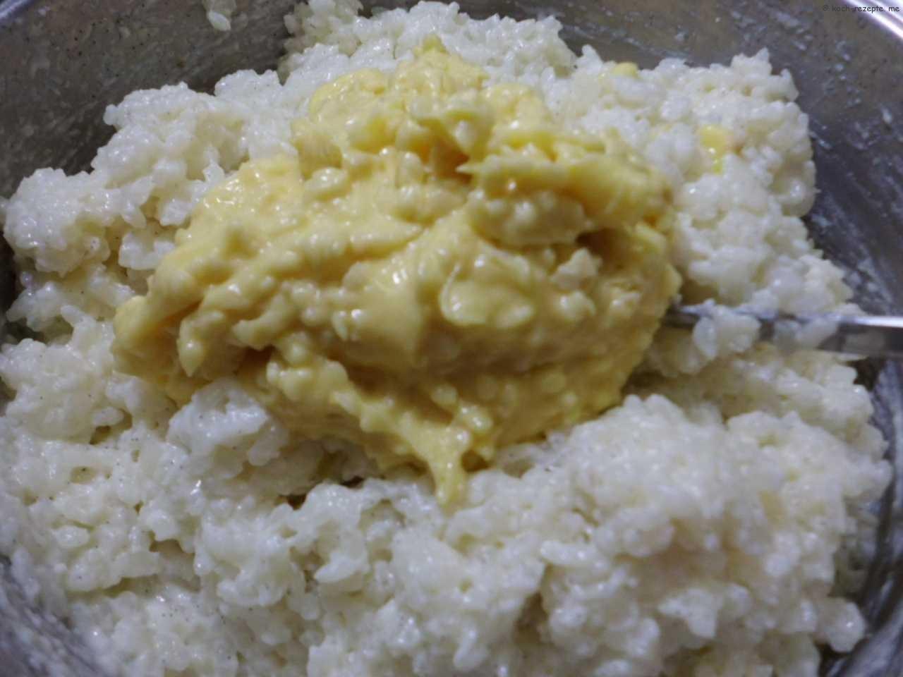 dem erkalteten Milch-Reis wird die Butter-,Zucker-,Eigelb und Mandelnmasse unter gehoben