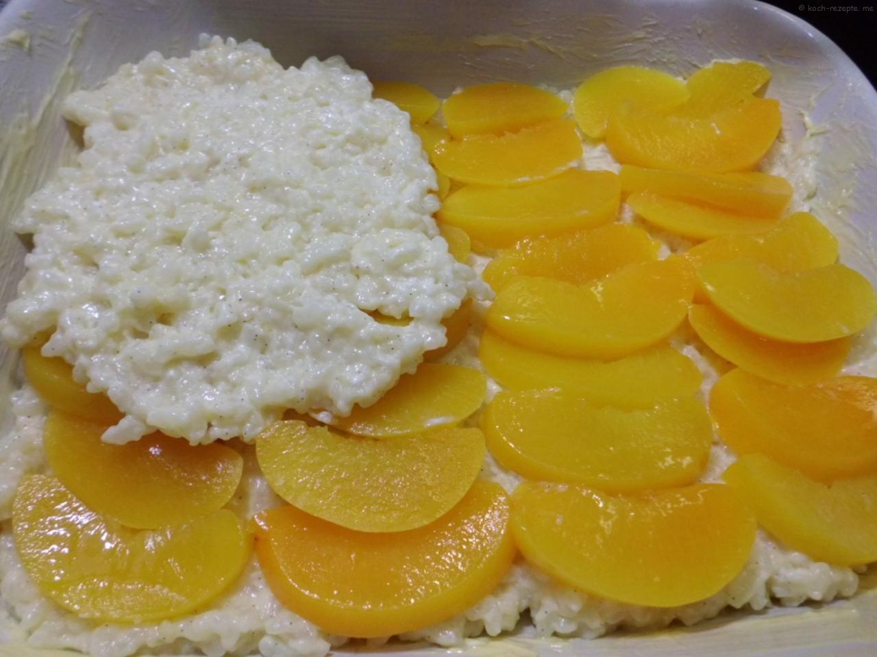 eine Lage Milchreis dann die Pfirsichscheiben dann wieder Reis und so weiter