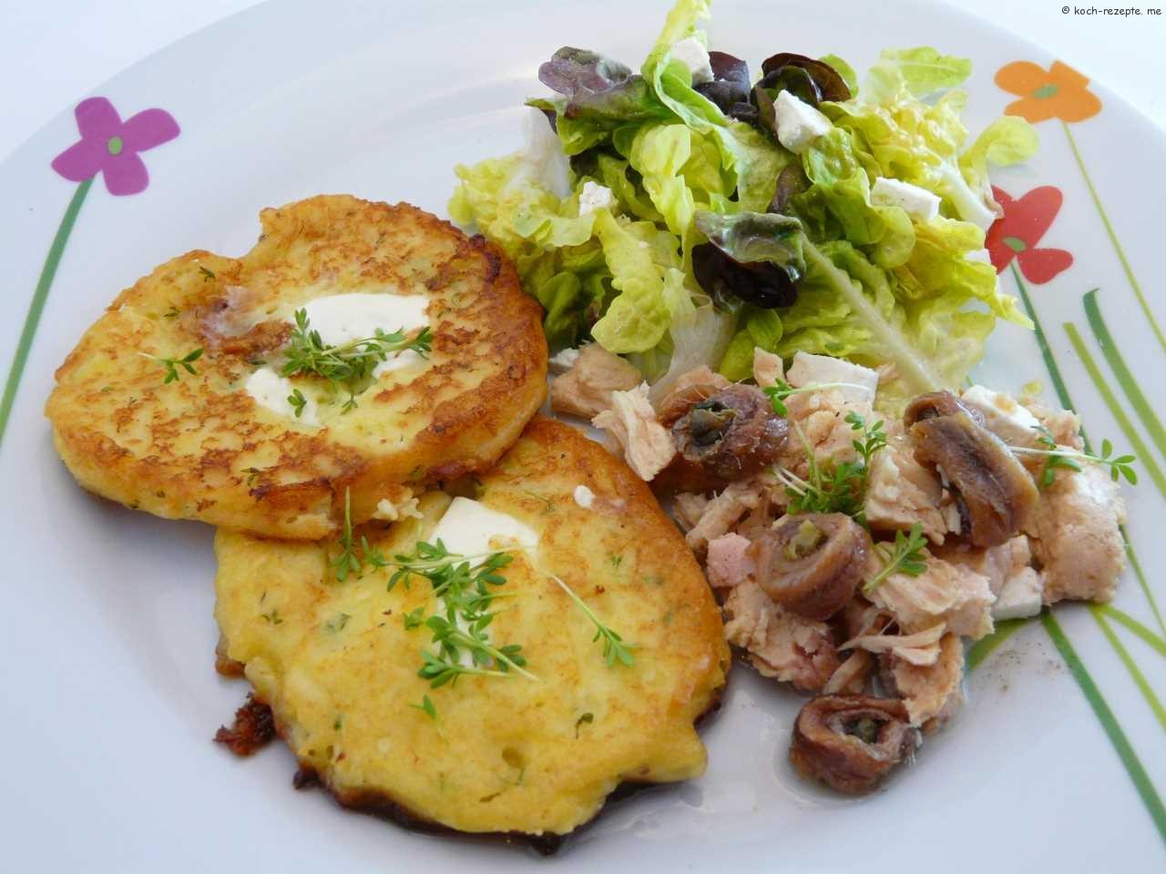ein köstliches Gericht Kartoffelpuffer , salat und Thunfisch mit Sardellen