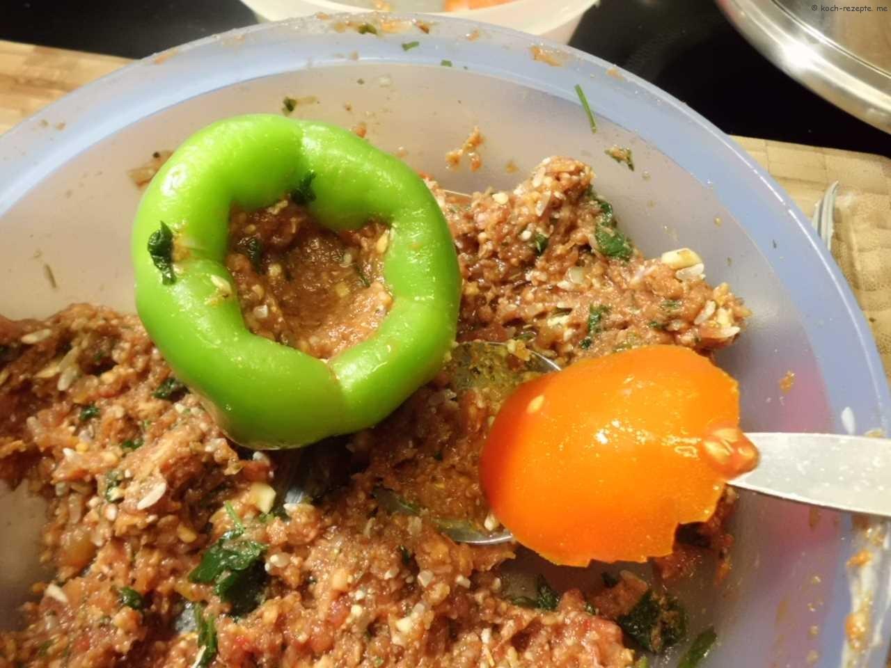 Paprika füllen und mit Tomatenschale schließen
