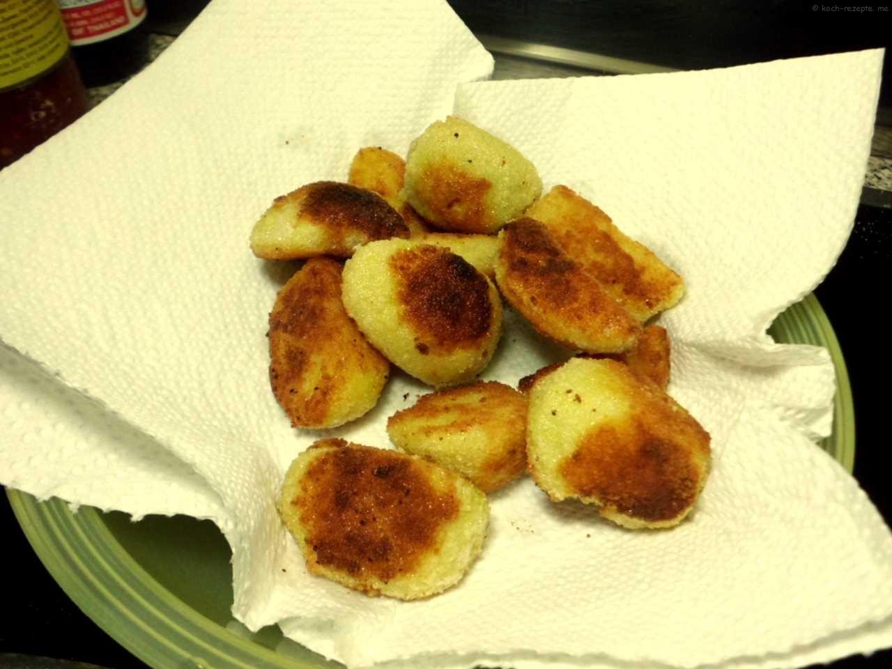 die Kartoffelecken abtropfen lassen auf Küchenpapier ev. ein 2. mal frittieren dann nachwürzen