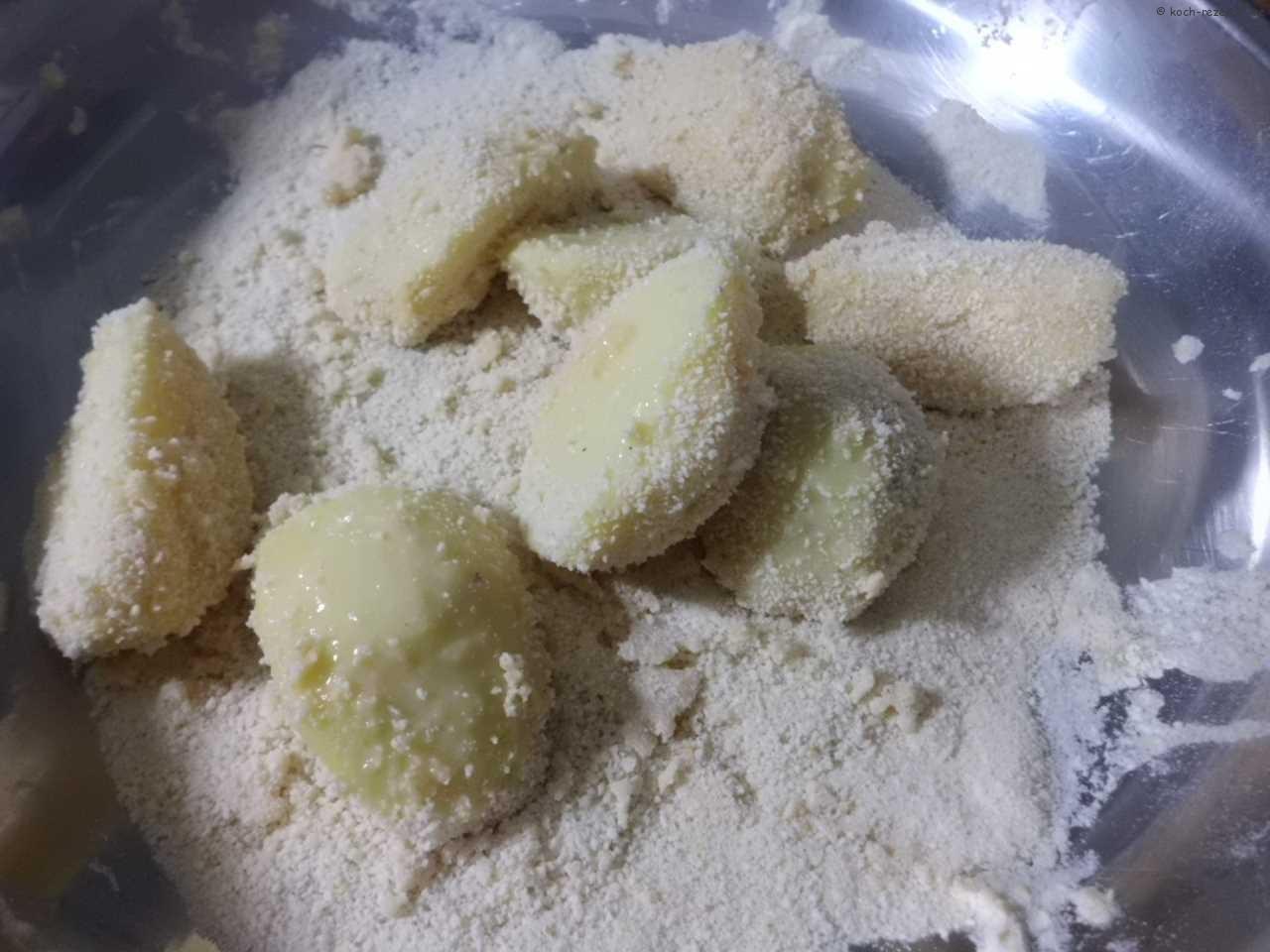 die Kartoffelecken feste mit Paniermehl verbinden