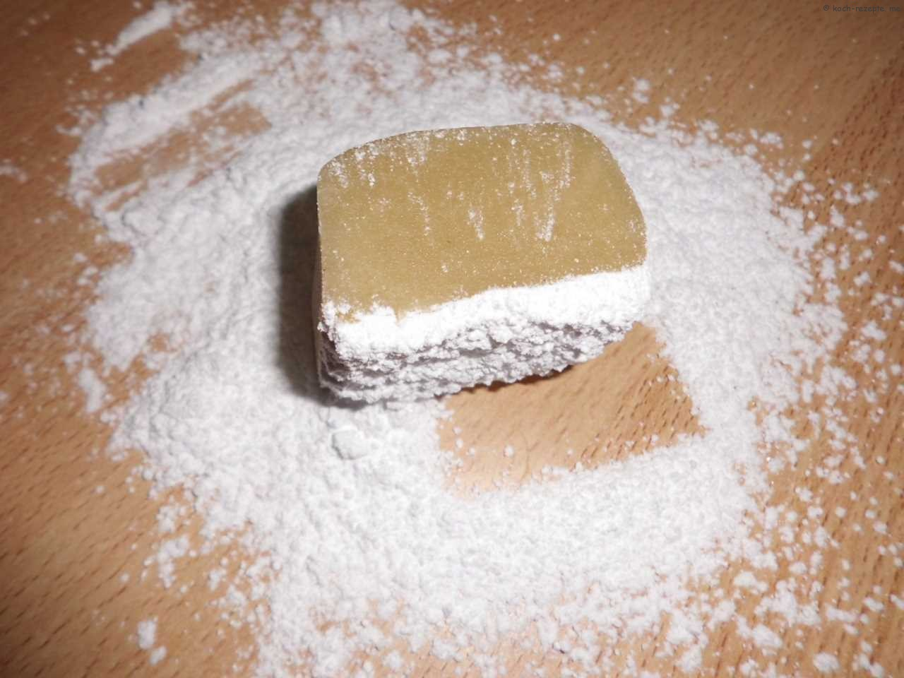 Marzipanrohmasse mit Puderzucker verkneten