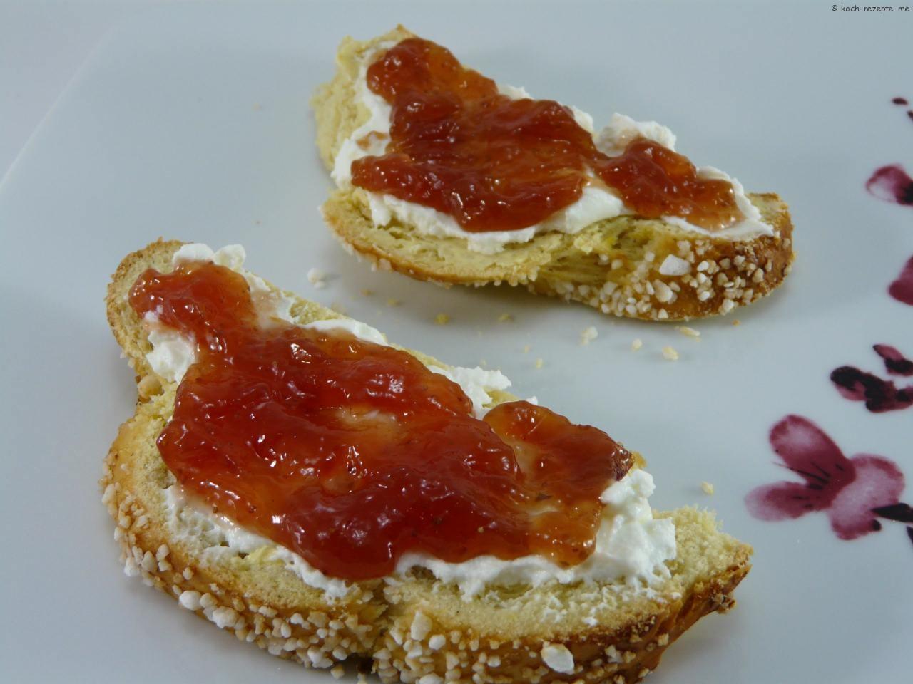 mit Topfen und selbst gemachter Marmelade
