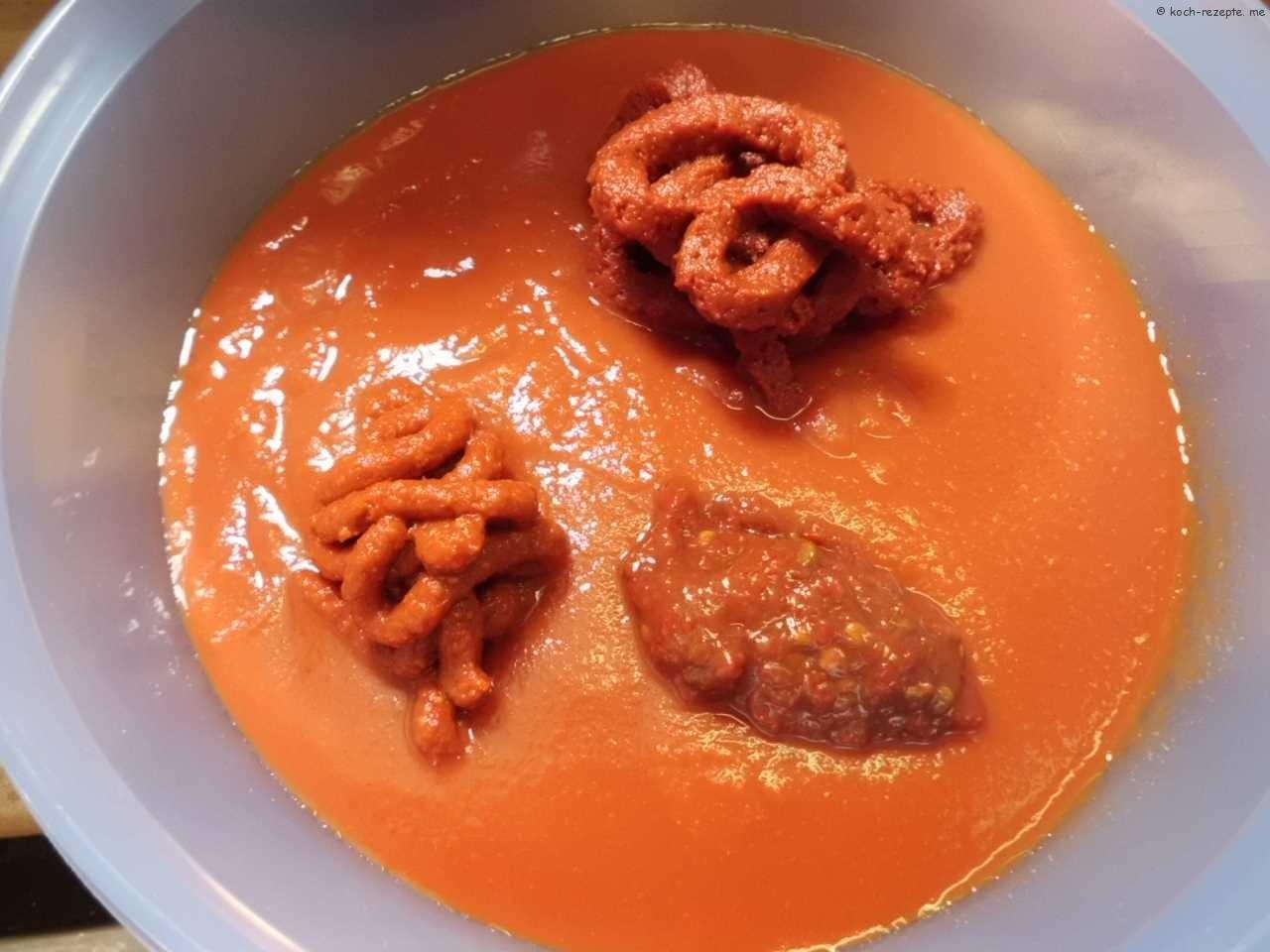 passierter Tomatenpüree wird gewürzt mit Harissa,Tomatenmark,Samba Olek, Kekik, Pfeffer und Salz