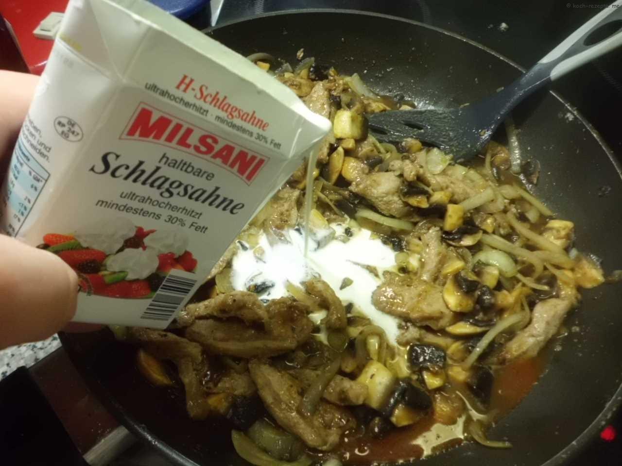die Sahne angießen und ein bischen einkochen bis de Sauce kremig ist