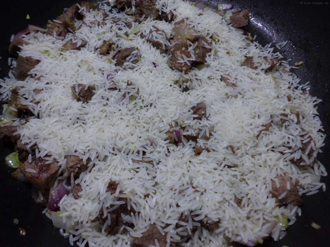 Reis dazugeben unterrühren und mit Lammfond aufgießen