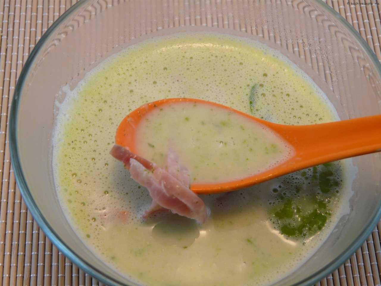 Spargelsuppe mit Feldsalat-Blättchen