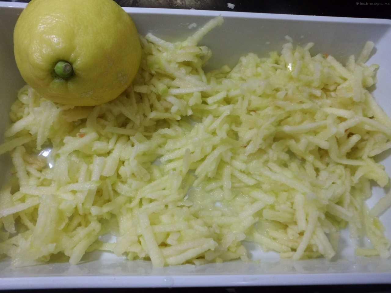 geraspelte Äpfel mit Zitronensaft