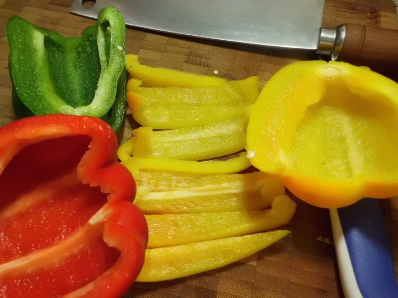 Paprika in Würfel schneiden