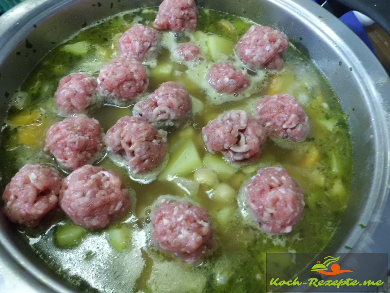 als kleine Bällchen in die Suppe legen und ziehen lassen für die Kichererbsensuppe