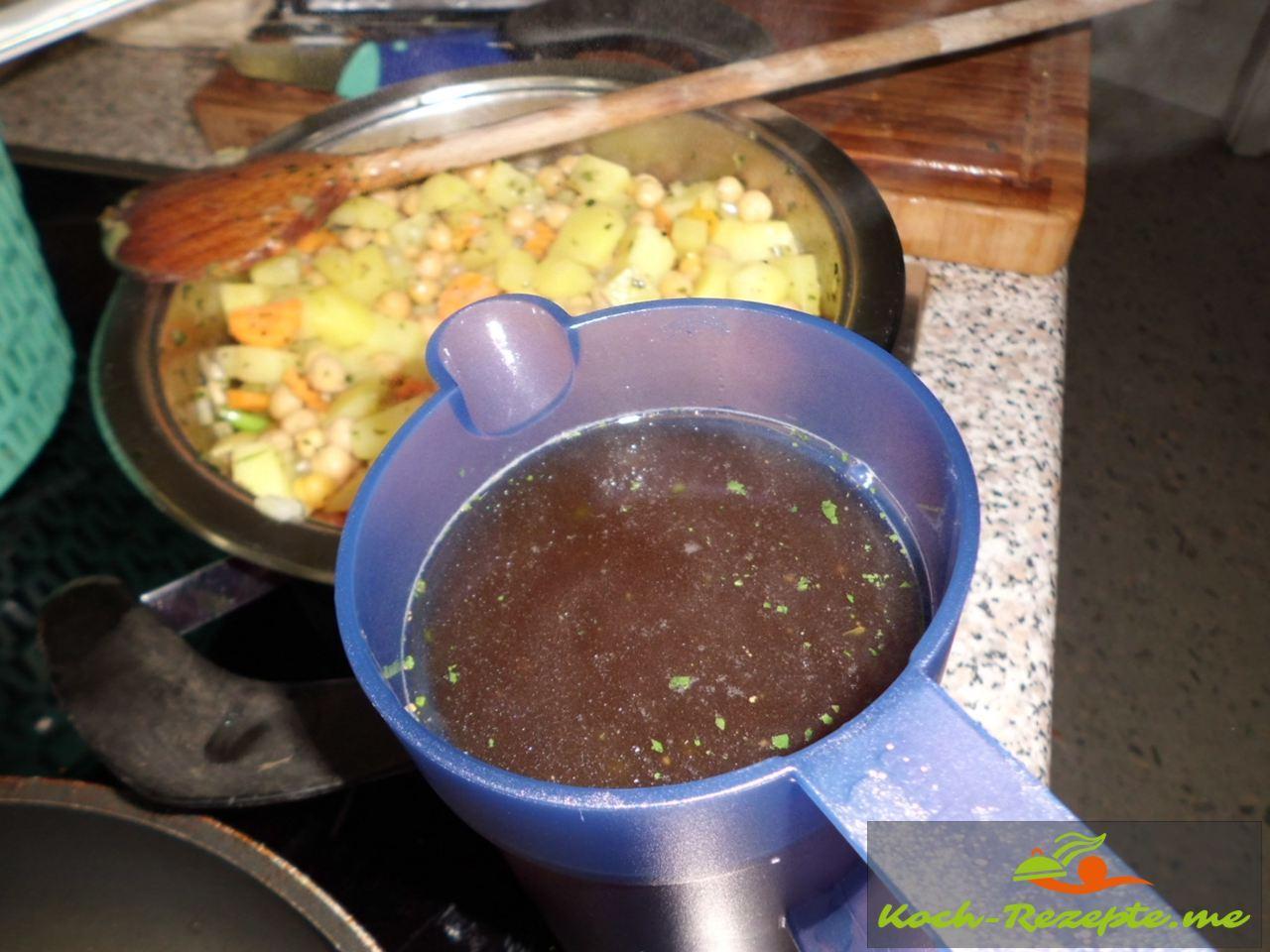 2 Liter Gemüsebrühe angießen  für die Kichererbsensuppe