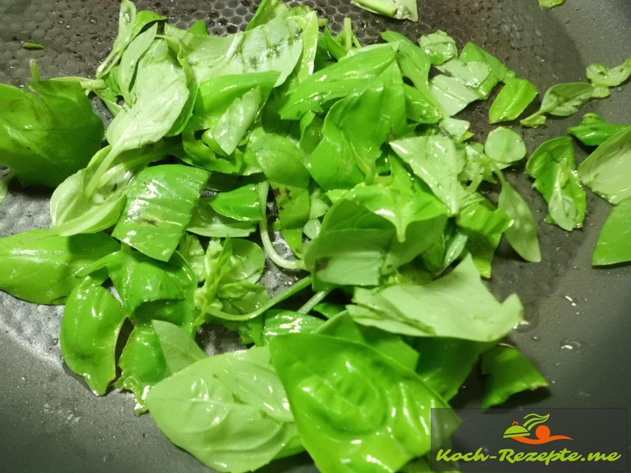 Basilikum klein schneiden und Mozzarellabällchen zum Verzieren  für Minestrone