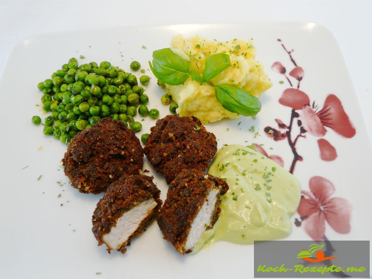Putentaler in Pilzkäsehülle mit Püree, Buttererbsen und einer Basilikum-Zabaione