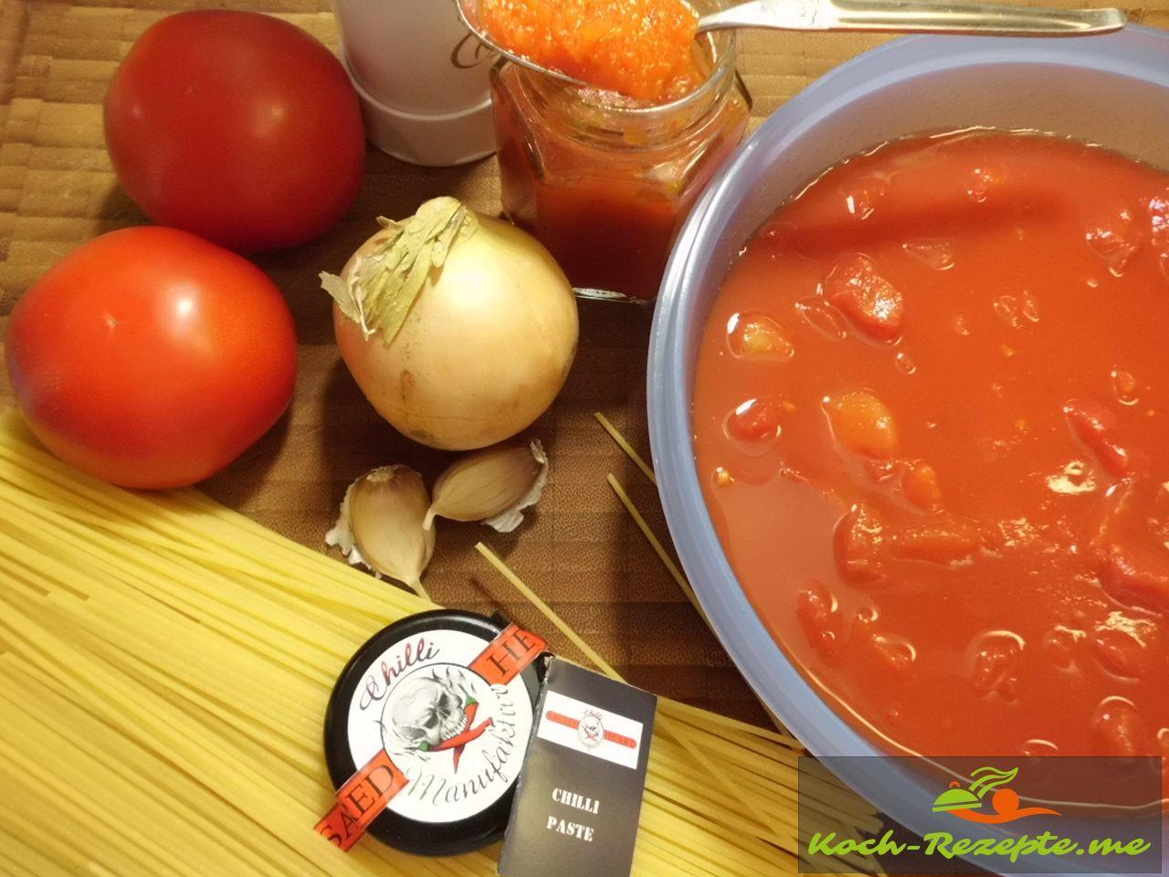 Zutaten der Sauce Arrabiata mit Chilli und Wodka