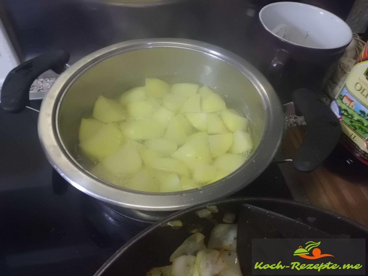 Kartoffeln in Salzwasser kochen fürs Pürree, dann Wasser abgießen