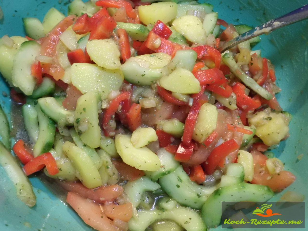 Mit der Salatsoße gut vermischen und 10 Minuten einziehen lassen