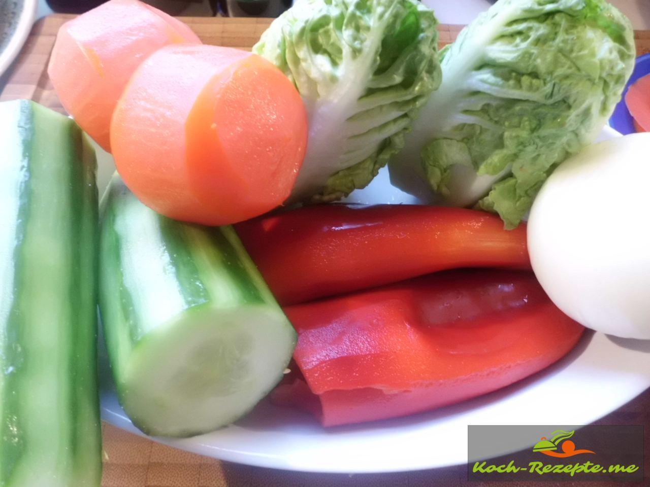 Tomaten,Gurke,Paprika, Zwiebel, Salatherzen alles klein schneiden