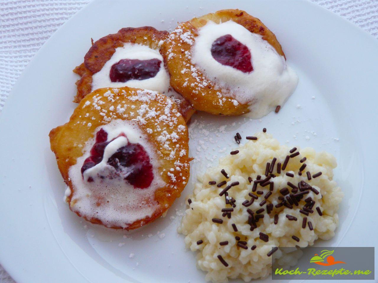 Fertiges Dessert Apfelküchlein mit Milchreis, Sahne und Preiselbeeren