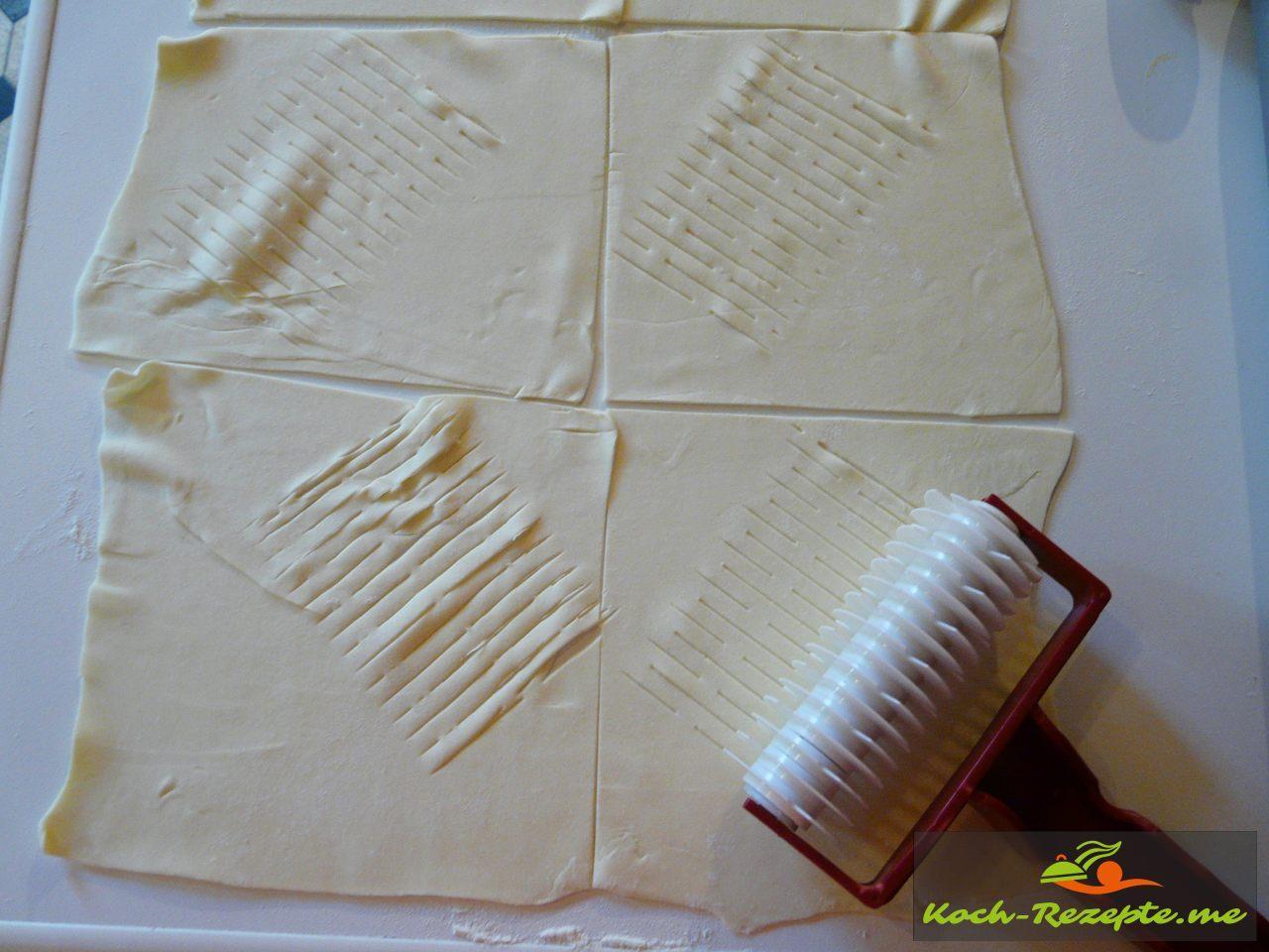 Mit der Gitterrolle ein Muster schneiden in den Blätterteig