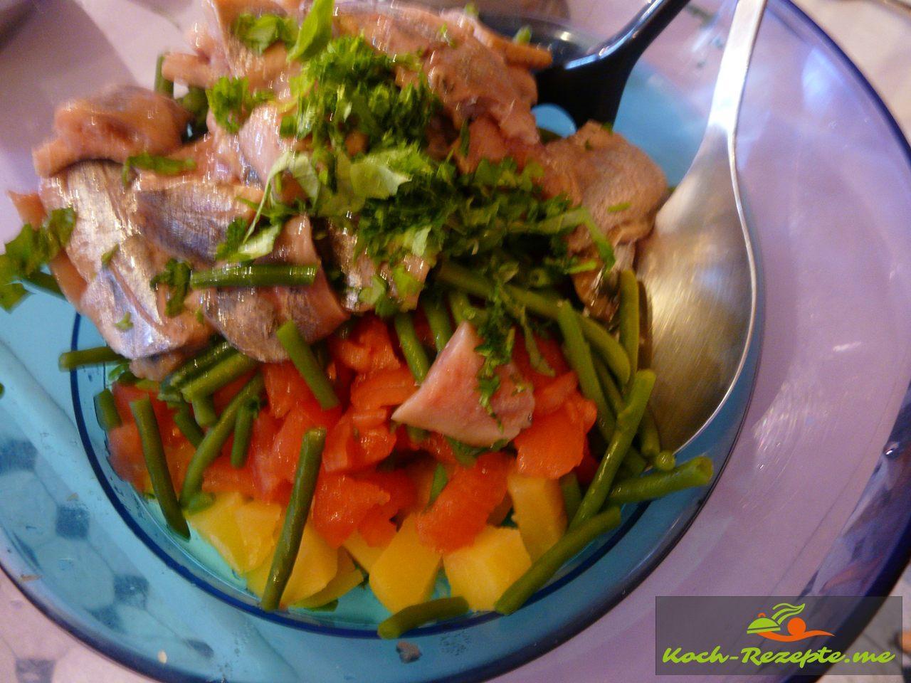 In einer Schüssel den Salat mit grünen Bohnen und den anderen Zutaten vermischen