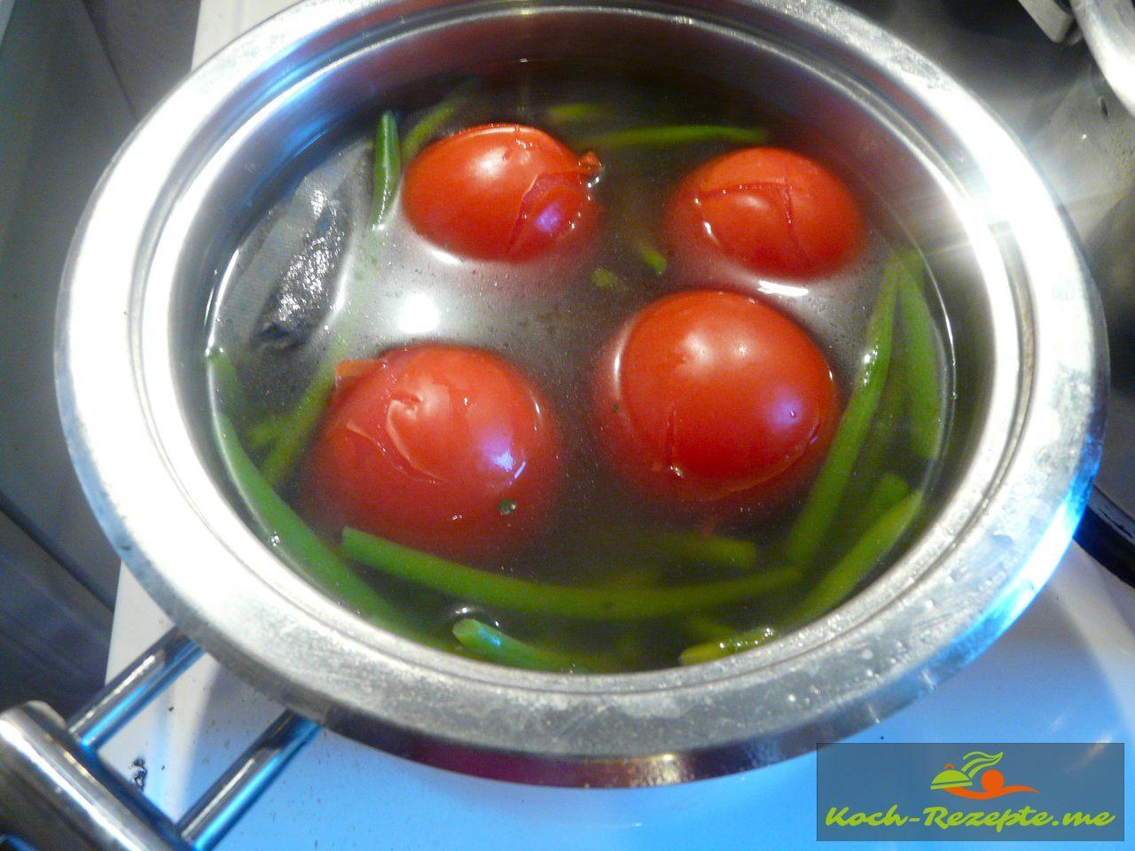 Tomaten kurz im heißen Wasser blanchieren