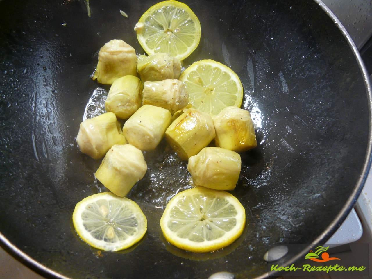 Artischockenherzen mit Zitronenscheiben braten