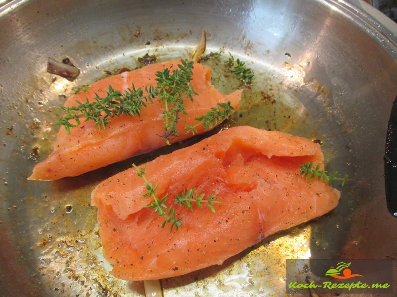 Lachs braten mit Pfeffer und Salz würzen und Thymian frisch