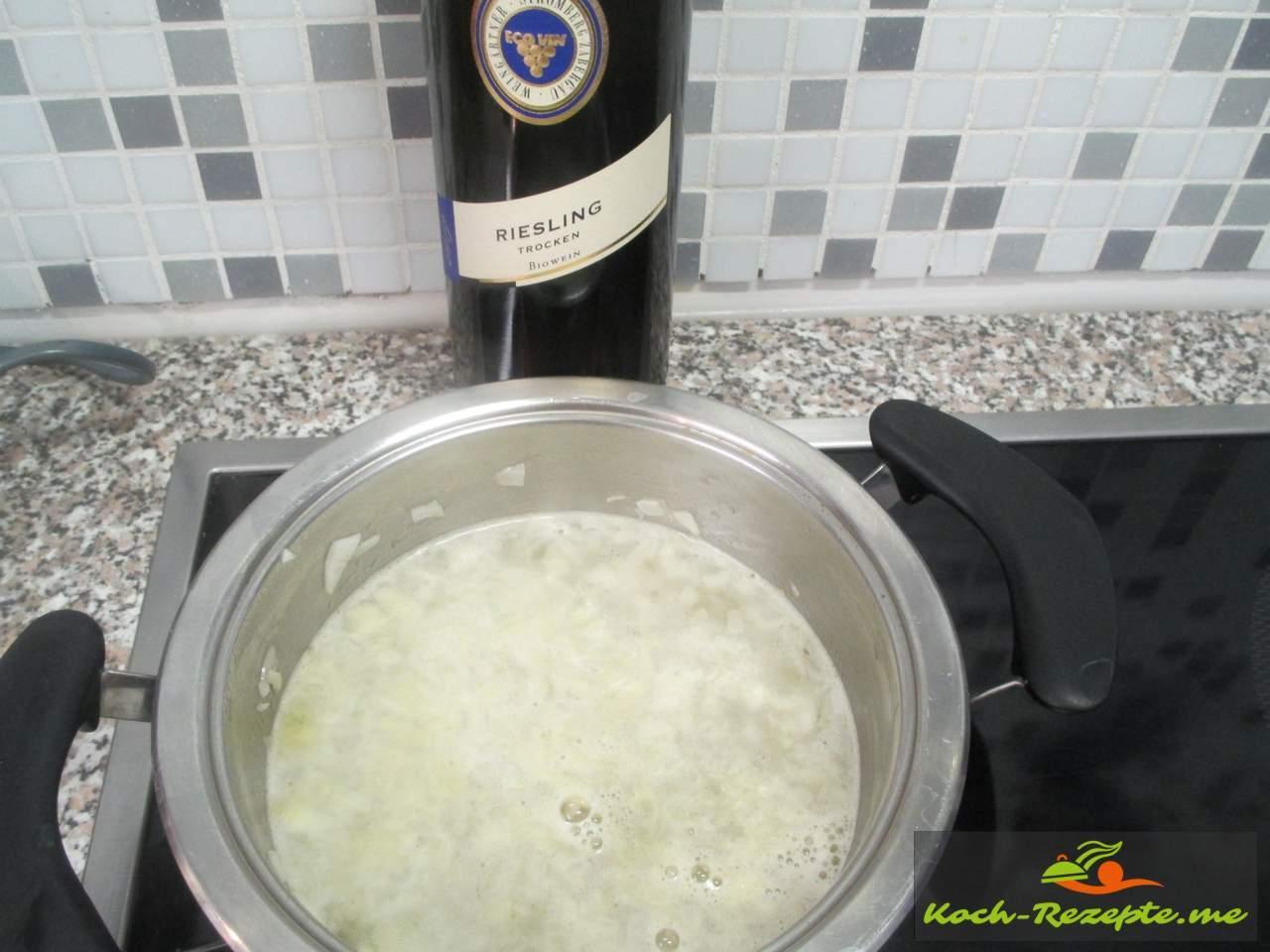 Die Weißweinsoße einkochen auf die Hälfte