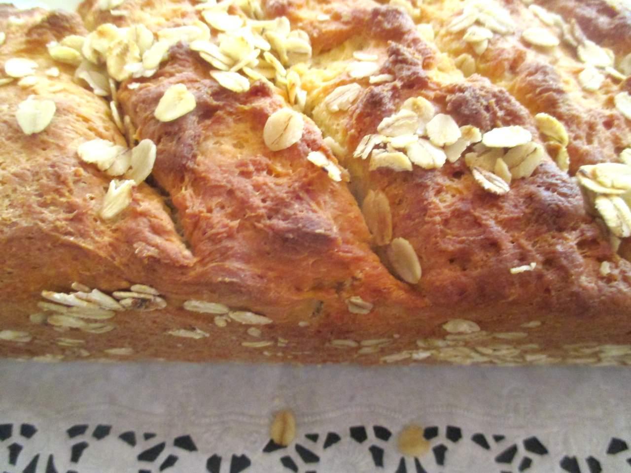 zum Servieren fertiges Dinkelbrot Low Carb Apfelmus-Quark Brot