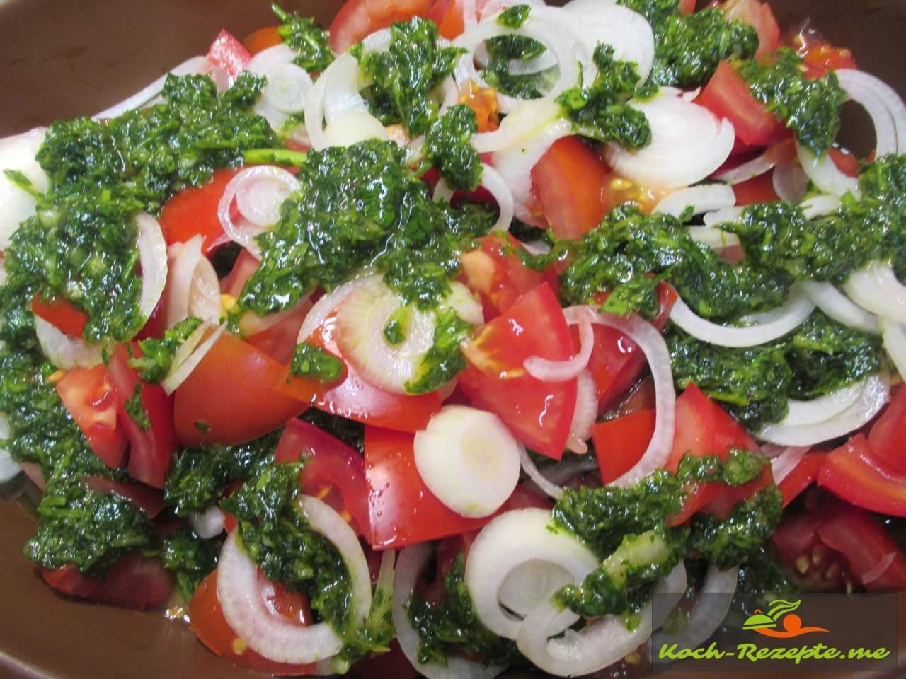 Mit Zwiebeln und Tomaten geschichtet