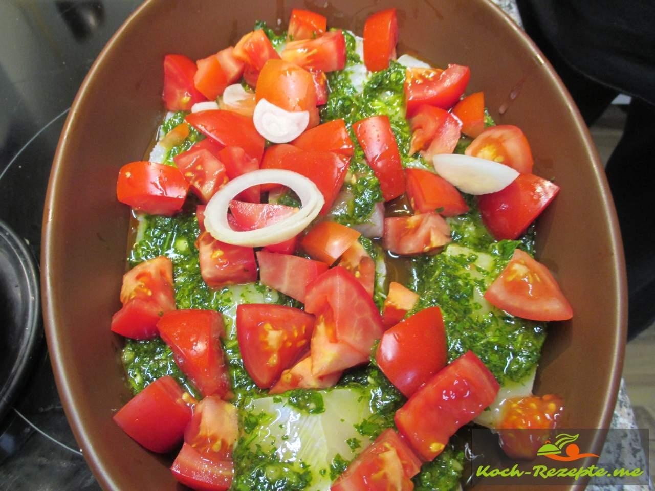 Die Tomaten und Zwiebelringe schichten und ziehen lassen