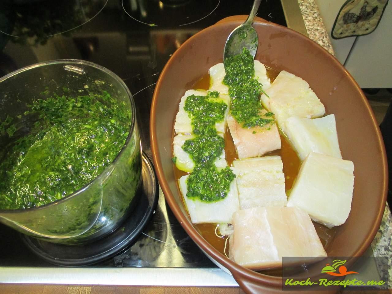 Fisch mit Kräuter einstreichen
