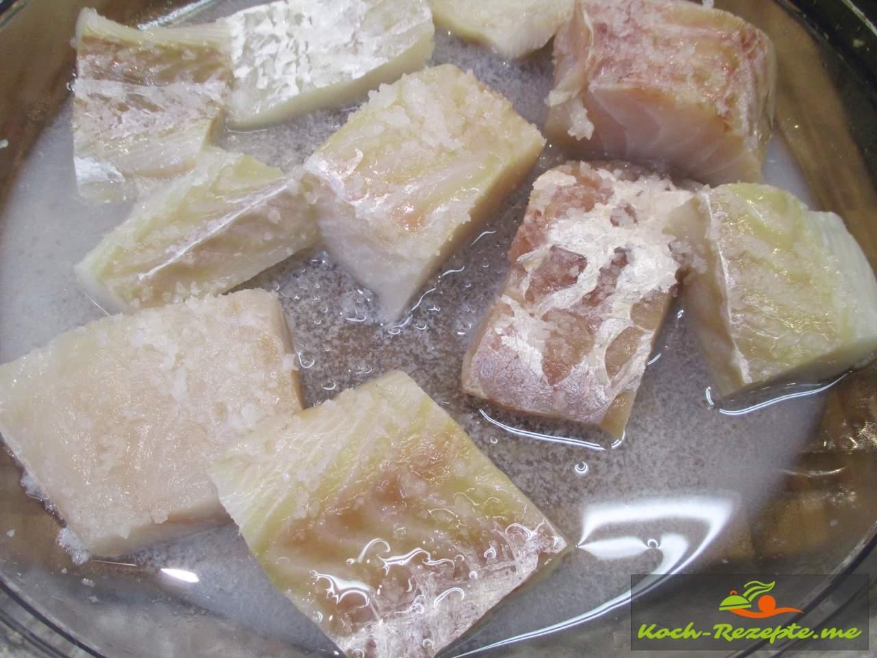 Kabeljau gesalzen und mit Zitrone kurz mariniert
