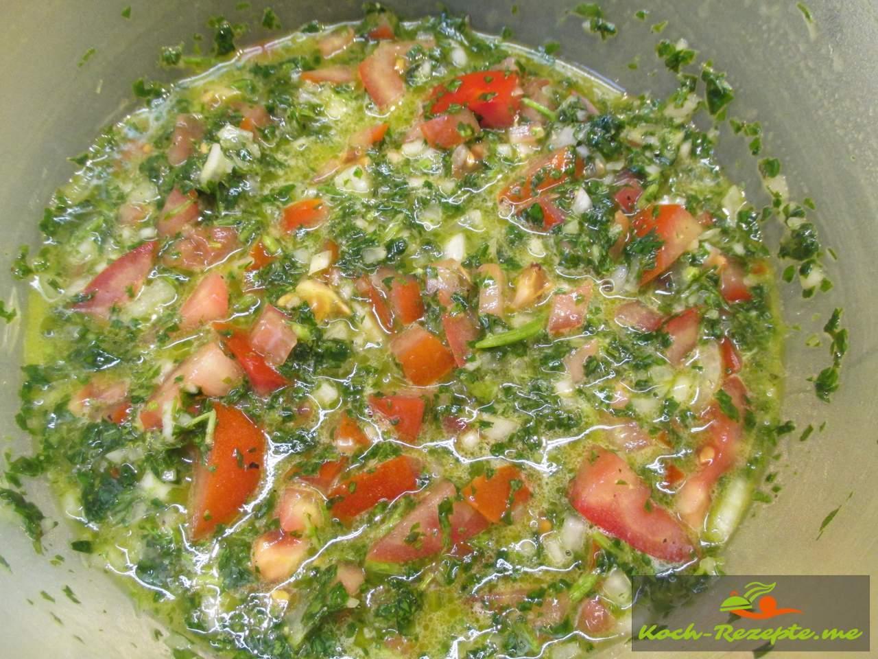 Kräuter, Tomaten und Zwiebelwürfel vermischen und ziehen lassen