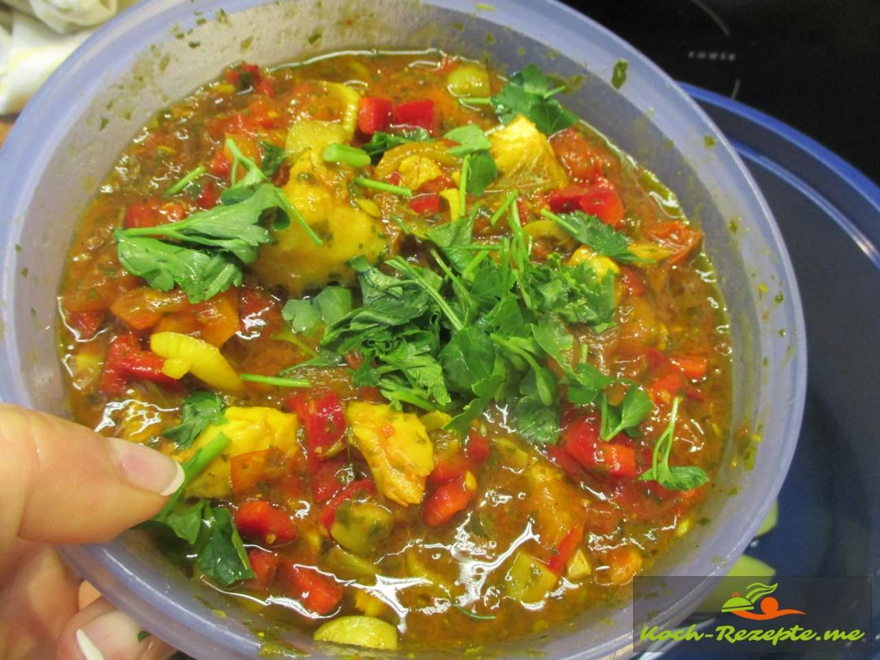 Restsoße Fischtopf  vom Vortag, mit Tomatenstücke, Chilisoße, Grüne Olivenstücke und schwarze Oliven
