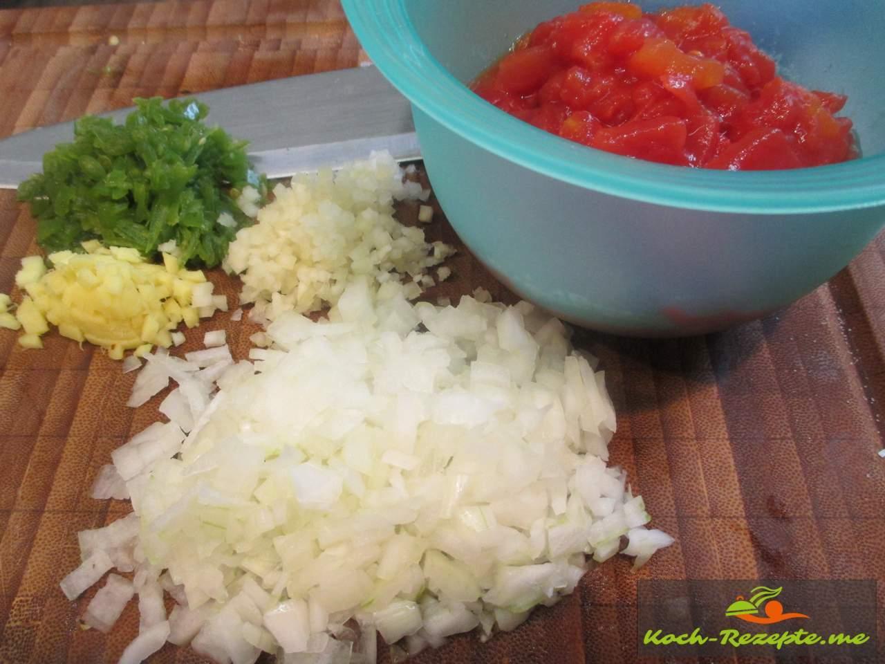 Gemüse und Kräuter in kleine Würfel schneiden