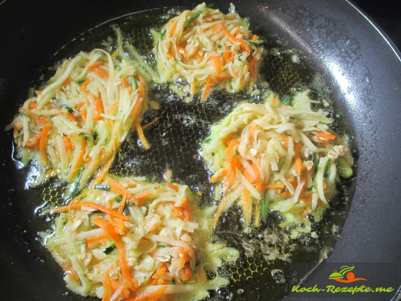 in heißem Fett  die Zucchini-Bratlinge ausbacken