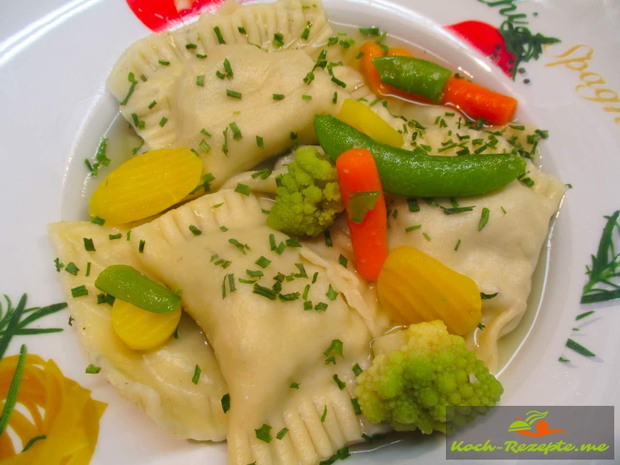 Schwäbische Maultaschen mit Rindsbrühe und buntem Gemüse