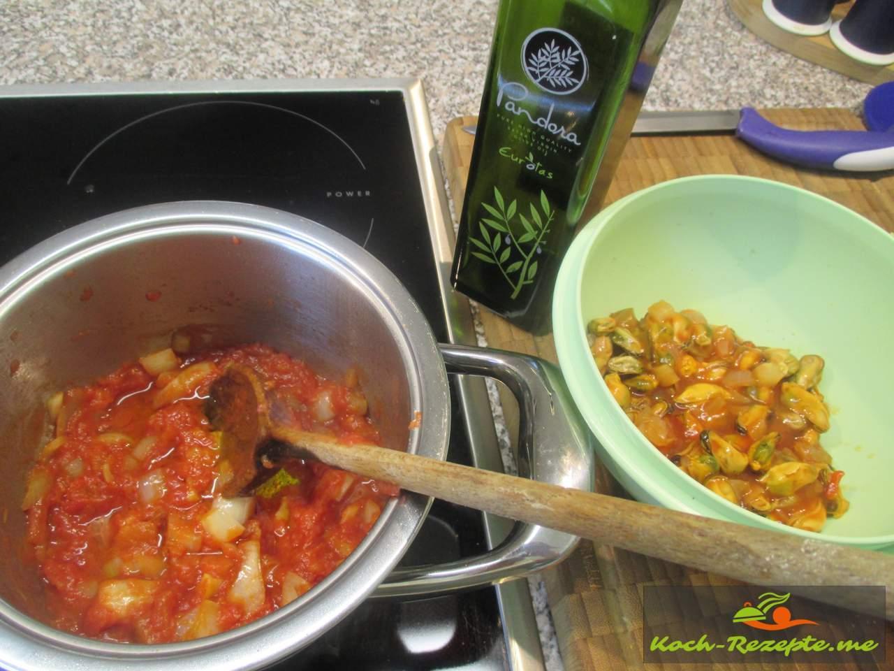 Die Tomatenstücke dazu geben und würzen