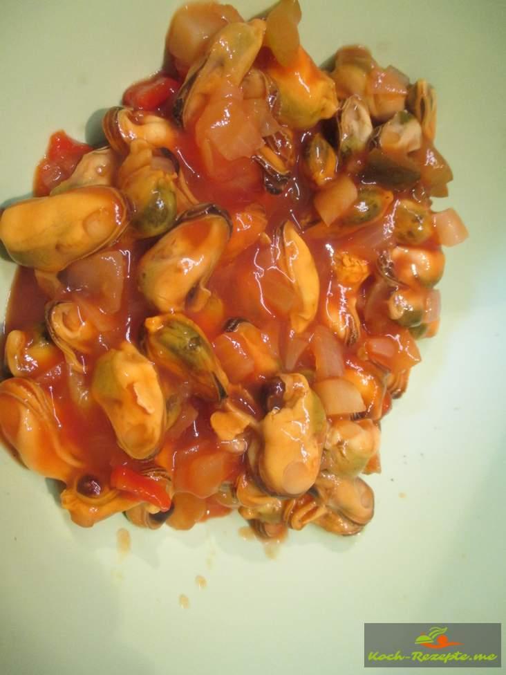 Miesmuscheln mit dem Sud  vermischen und etwas Tomatenpüree