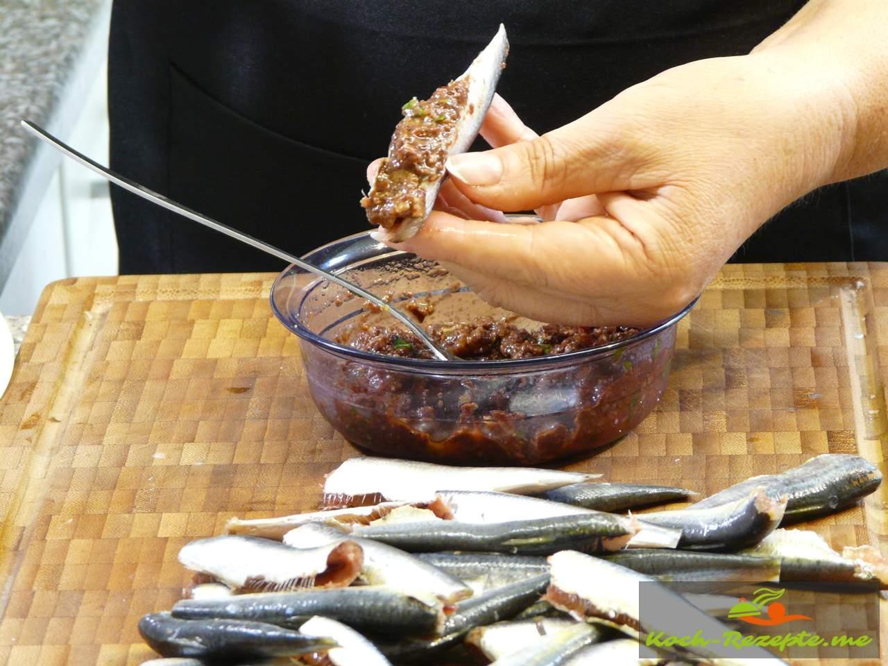 Sardelle mit Tomaten-Oliven-Brot Füllung füllen
