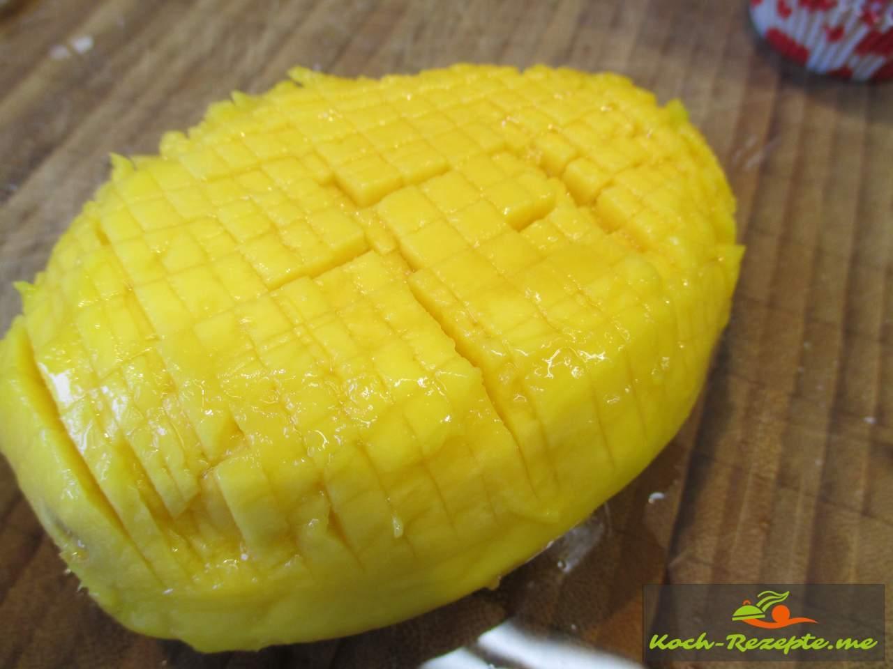 Die geschälte Mango in feine Würfel schneiden
