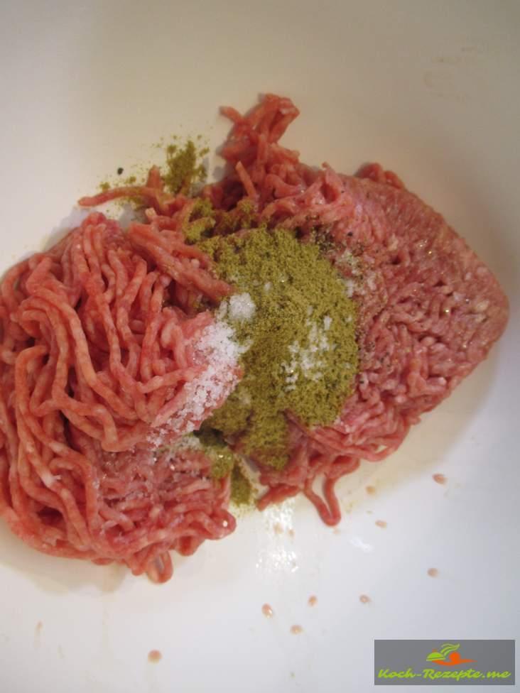 Hackfleisch halb und halb mit Keuzkümmel, Pfeffer und Salz würzen