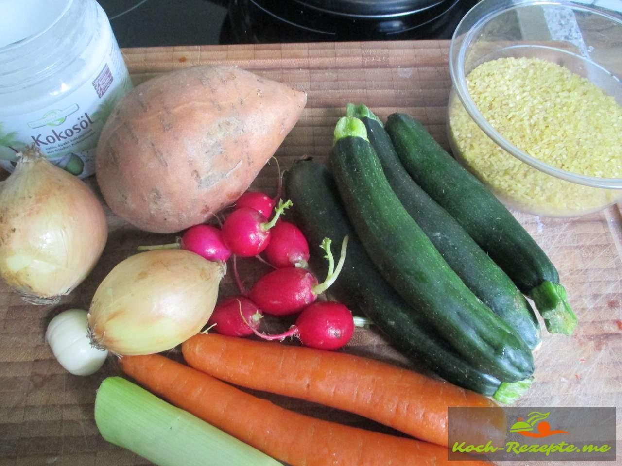 Bulgurtopf Zutaten: kleine Zucchini, Möhren,Zwiebeln,Radieschen,Knoblauch,Porree,Süßkartoffel, Bulgur, Kokosöl