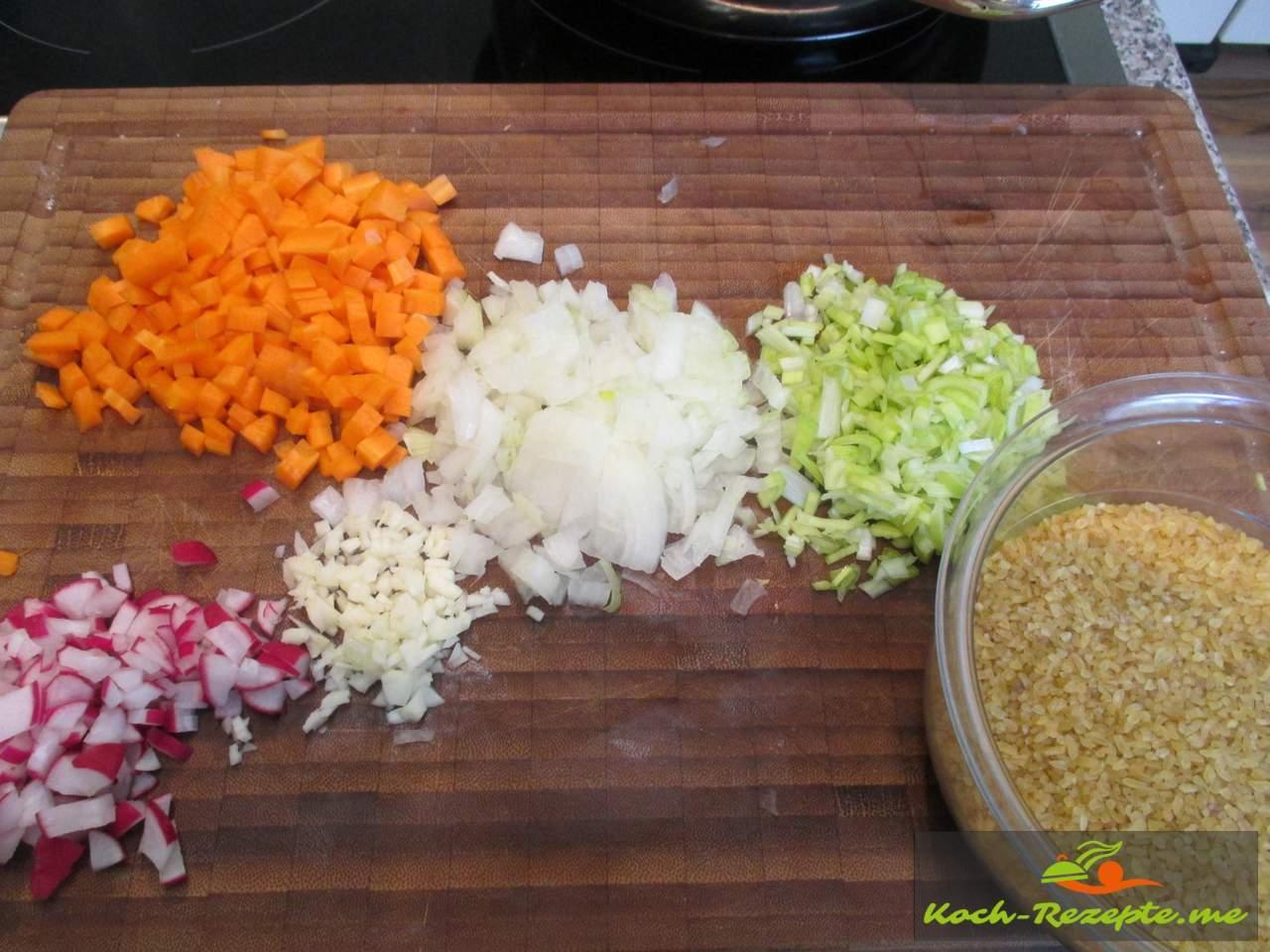 Gemüse in kleine Würfel schneiden