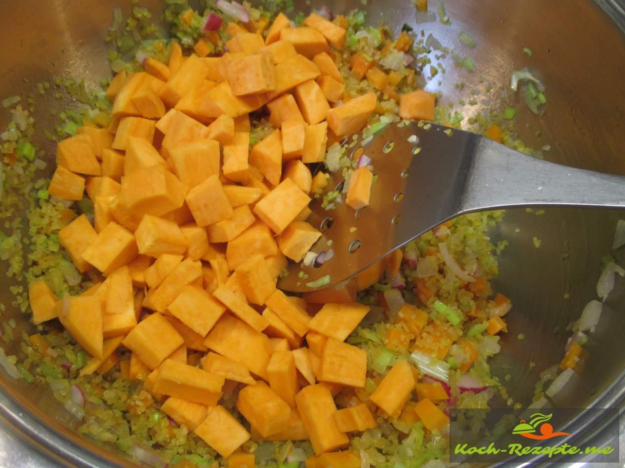 Süßkartoffeln zum Gemüse geben mit Gemüsebrühe aufgießen, würzen
