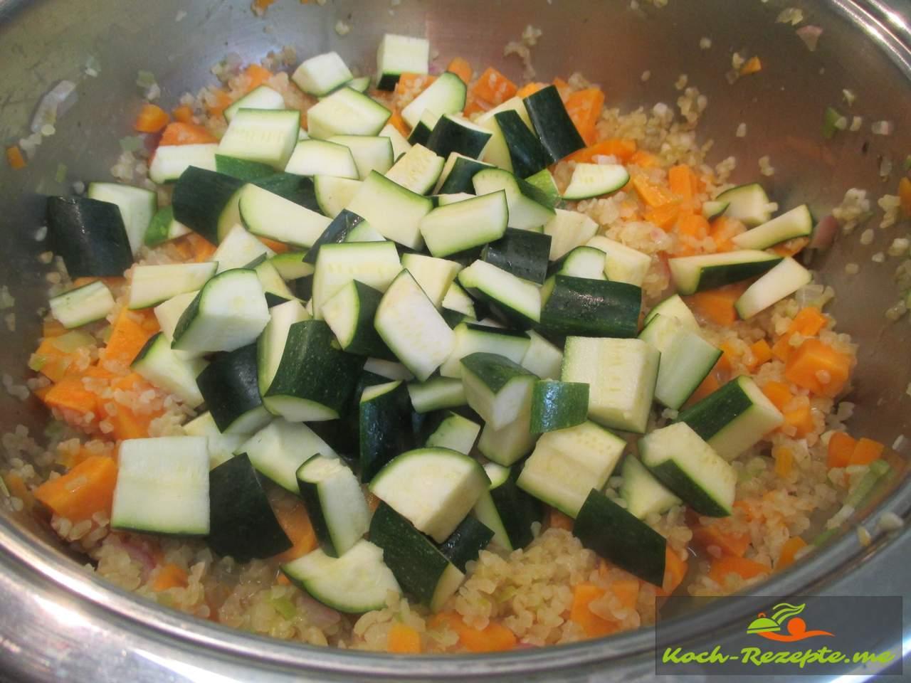 Die Zucchiniwürfel unterheben und 5 Minuten ziehen lassen